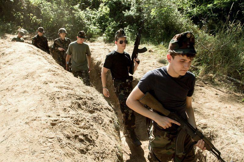 """Mogyoród, 2017. június 27.""""Kiskatonák"""" harcászatot tanulnak a mogyoródi Military táborban 2017. június 27-én. A 11 éve működő nyári táborban hetente hatvan diák ismerkedhet a katonai élettel.MTI Fotó: Koszticsák Szilárd"""