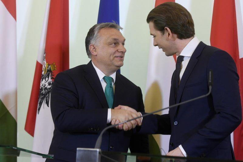 Bécs, 2018. január 30. Orbán Viktor miniszterelnök (b) és Sebastian Kurz osztrák kancellár kezet fog a találkozójuk után tartott sajtótájékoztatón a bécsi kancellárián 2018. január 30-án. MTI Fotó: Koszticsák Szilárd