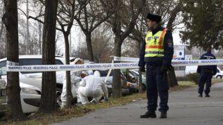 Szeged, 2018. január 1.Rendőrök nyomokat rögzítenek egy ötszintes panelháznál a szegedi Szatymazi utcában 2018. január 1-jén. Az épületben megölte barátnőjét egy 29 éves férfi, majd öngyilkosságot próbált meg elkövetni.MTI Fotó: Kelemen Zoltán Gergely