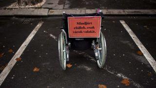Budapest, 2014. december 3.Figyelemfelhívó felirat egy mozgássérült járművén a Kerekesszékkel a tilosban parkolók ellen elnevezésű akción Budapesten, az V. kerületi Nádor utcában 2014. december 3-án.MTI Fotó: Marjai János