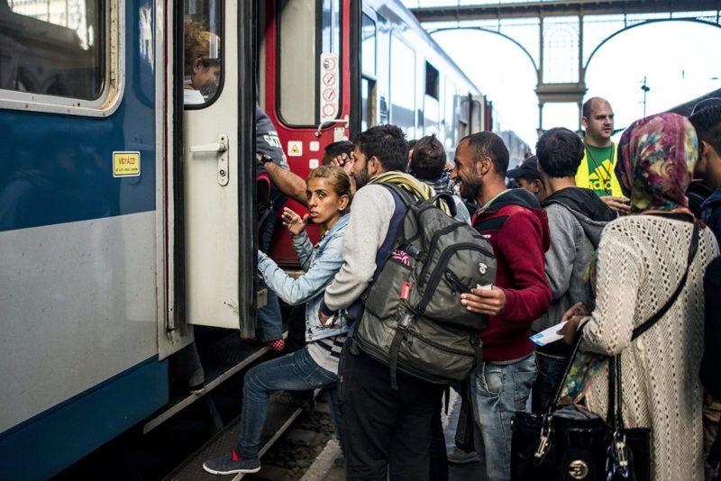 Budapest, 2015. szeptember 9.Migránsok felszállnak egy Bécsbe tartó vonatra a Keleti pályaudvaron 2015. szeptember 9-én.MTI Fotó: Marjai János