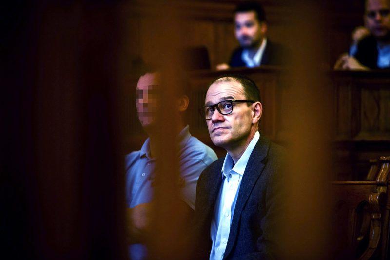 Budapest, 2016. október 13.Tarsoly Csaba vádlott a tárgyalóteremben az ellene és társai ellen indított büntetőper tárgyalásán a Fővárosi Törvényszéken 2016. október 13-án. Az ügyészség öt vádpontban 5458 rendbeli csalást és sikkasztást ró a vádlottak terhére. A Tarsoly Csabát, a Quaestor-cégcsoport volt elnök-vezérigazgatóját érintő cselekmények száma a vád szerint 753 rendbeli.MTI Fotó: Marjai János