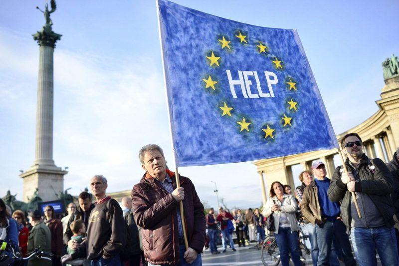 Budapest, 2017. április 12.A civil szervezetek átláthatóságáról szóló törvényjavaslat ellen szervezett civil tüntetés résztvevői a fővárosi Hősök terén 2017. április 12-én.MTI Fotó: Marjai János