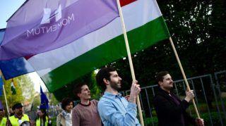 Budapest, 2017. május 1. Fekete-Gyõr András, a Momentum Mozgalom elnöke (j2) és résztvevõk zászlókkal vonulnak a Momentum Mozgalom Európához tartozunk! jelmondattal meghirdetett demonstrációján, a Szabadság térrõl a Hõsök terére 2017. május 1-jén. MTI Fotó: Marjai János