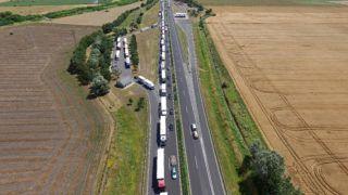 Hegyeshalom, 2016. július 4. Drónnal készült felvétel a hegyeshalmi határátlépési pontnál összetorlódott teherautókról 2016. július 4-én. Húsz kilométeren torlódnak a teherautók az M1-es autópályán a hegyeshalmi határátlépési pontnál az osztrák hatóságok szúrópróbaszerû ellenõrzése miatt. MTI Fotó: Ruzsa István