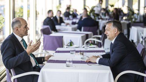 Valletta, 2017. március 30.A Miniszterelnöki Sajtóiroda által közreadott képen Orbán Viktor miniszterelnök, a Fidesz elnöke (j) és Janez Jansa korábbi szlovén miniszterelnök, a Szlovén Demokrata Párt elnöke az Európai Néppárt máltai kongresszusa szünetében Vallettában 2017. március 30-án.MTI Fotó: Miniszterelnöki Sajtóiroda / Szecsődi Balázs