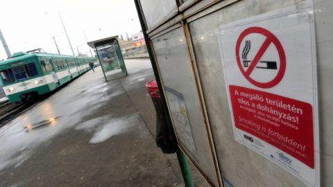 Budapest, 2011. február 17. Szerelvény érkezik a Vágóhíd HÉV-állomásra, ahol kihelyezték a dohányzási tilalomra figyelmeztetõ táblákat. A Fõvárosi Közgyûlés 2010. december 15-én döntött arról, hogy ne lehessen rágyújtani az autóbuszok, a villamosok, a trolibuszok, a fogaskerekû, a sikló, a libegõ és a HÉV megállóiban. A türelmi idõ a dohányzási tilalom február 4-ei bevezetésétõl 30 napig tart, utána a szabálysértõket akár 30 ezer forintra is büntethetik. MTI Fotó: Máthé Zoltán