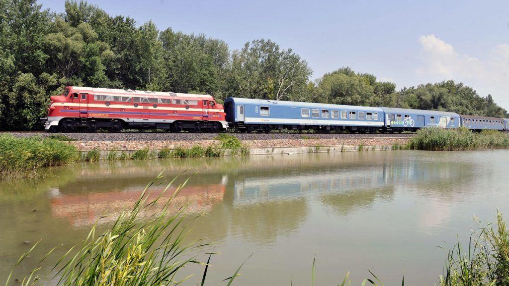 Balatonkenese, 2013. július 6. Ötven éve forgalomba állított M61 sorozatú Nohab dízelmozdony húzza a Budapest és Tapolca között közlekedõ gyorsvonatot Balatonkenese és Balatonfûzfõ között 2013. július 6-án. Az évforduló alkalmából a nyári szezonban a hétvégeken a fõvárosi Déli pályaudvar és Tapolca között közlekedõ vonatok közül két gyorsvonatpárt Nohab dízelmozdonyok vontatják. MTI Fotó: Máthé Zoltán