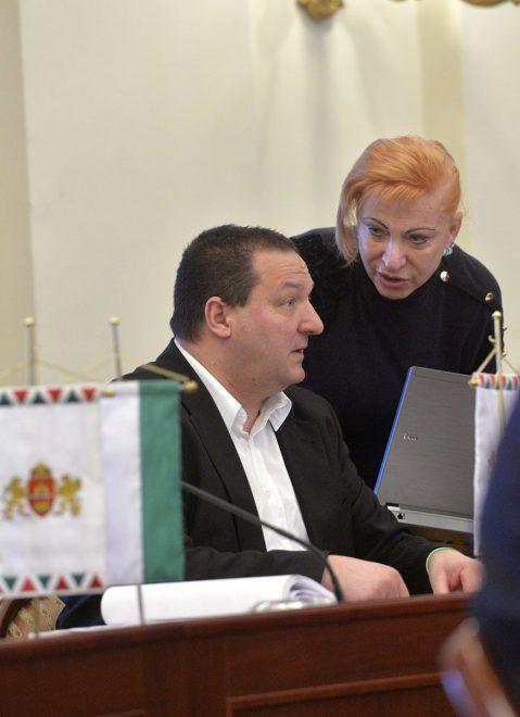 Budapest, 2014. január 29.Németh Szilárd, a fővárosi önkormányzat Fidesz-KDNP frakciójának tagja, országgyűlési képviselő, Csepel polgármestere, a Fidesz rezsicsökkentésért felelős munkacsoportjának vezetője és frakciótársa, Szatmáryné Jähl Angéla a Fővárosi Közgyűlés ülése előtt a Városháza dísztermében 2014.január 29-én.MTI Fotó: Máthé Zoltán