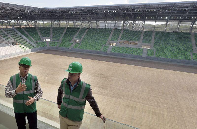 Budapest, 2014. április 29.Fürjes Balázs, a budapesti beruházásokért felelős kormánybiztos (b) és Kubatov Gábor, az FTC elnöke a május végére elkészülő új FTC-stadion bejárásán 2014. április 29-én. A 22 500 néző befogadására alkalmas létesítmény 14 hónap alatt épül fel, az átadás-átvételi procedúra, illetve a tesztüzem után augusztusban nyílhat meg.MTI Fotó: Máthé Zoltán