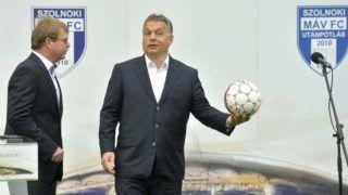 Szolnok, 2016. április 9. Orbán Viktor miniszterelnök (j) és és Földi Sándor, a Szolnoki MÁV FC ügyvezetõ igazgatója az újjáépített Tiszaligeti Stadion megnyitóján Szolnokon 2016. április 9-én. MTI Fotó: Máthé Zoltán