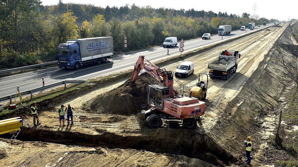 Göd, 2017. október 18.Talajelőkészítő földmunkák az M2-es autóút kétszer kétsávossá bővítésén Göd határában 2017. október 18-án.MTI Fotó: Máthé Zoltán