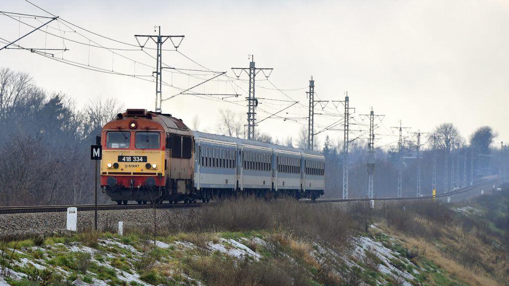 Olaszliszka, 2017. december 29. M41-es dízelmozdony vontat egy személyvonatot a villamosítás alatt álló Szerencs-Sátoraljaújhely vasútvonalon Olaszliszkánál 2017. december 29-én. MTI Fotó: Máthé Zoltán