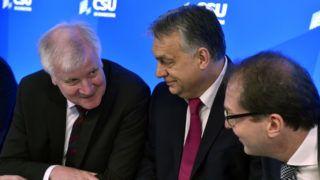 Seeon, 2018. január 5. Orbán Viktor miniszterelnök (k), Horst Seehofer bajor tartományi miniszterelnök (b) és Alexander Dobrindt, a Keresztényszociális Unió (CSU) parlamenti képviselõinek vezetõje a CSU parlamenti képviselõi tanácskozásának második napján a bajorországi Seeon kolostorban 2018. január 5-én. MTI Fotó: Máthé Zoltán