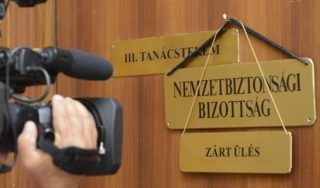 """Budapest, 2017. augusztus 3. """"Zárt ülés"""" feliratú tábla az Országgyûlés nemzetbiztonsági bizottsága ülésének helyet adó tanácsterem ajtaján az Országgyûlés Irodaházában 2017. augusztus 3-án. MTI Fotó: Soós Lajos"""