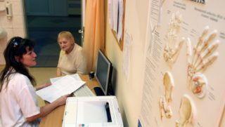 Mezõkövesd, 2012. január 23. Fogarasi Andrea (b) reumatológus orvos megnézi páciense, Gancsevné Radácsi Terézia leleteit a Borsod-Abaúj-Zemplén Megyei Kórház és Egyetemi Oktató Kórház Mezõkövesd Telephelyén. Az egészségügyi intézmény elsõ helyezést ért el a HáziPatika.com által meghirdetett Az év kórháza szavazáson infrastruktúra kategóriában. A doktornõ 2001-ben végzett a kolozsvári egyetemen majd 2002-ben települt át Magyarországra. MTI Fotó: Vajda János
