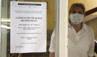 Miskolc, 2015. január 26. A látogatási tilalomra figyelmeztetõ felirat Miskolcon, a Borsod-Abaúj-Zemplén Megyei Kórház és Egyetemi Oktató Kórház Velkey László Gyermekegészségügyi Központjában, ahol megelõzõ jelleggel látogatási tilalmat rendeltek el a szülészet-nõgyógyászati osztályon a megszaporodott influenzaszerû megbetegedések miatt 2015. január 26-án. MTI Fotó: Vajda János