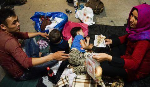 Budapest, 2015. július 16. Migráns család a budapesti Keleti pályaudvar aluljárójában 2015. július 15-én este. MTI Fotó: Balogh Zoltán