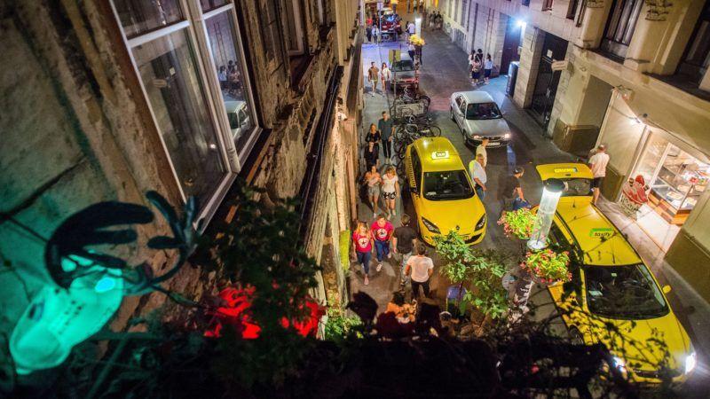 Budapest, 2017. augusztus 30. Budapest VII. kerületében a bulinegyedként ismert rész, a Kazinczy utca 2017. augusztus 29-én. A környéken lakók a hajnal négy óráig nyitva tartó vendéglátóhelyeken hangoskodók miatt panaszkodnak és várnak megoldást az önkormányzattól. A vendéglátósok a megélhetésüket féltik, ha esténként hamarabb kellene bezárniuk a szórakozóhelyeket. Lapértesülés szerint Vattamány Zsolt (Fidesz–KDNP), Erzsébetváros polgármestere hamarosan a VII. kerületi képviselõ-testület rendkívüli ülése elé terjeszt egy átfogó rendeletmódosítási és intézkedési tervezetet. MTI Fotó: Balogh Zoltán