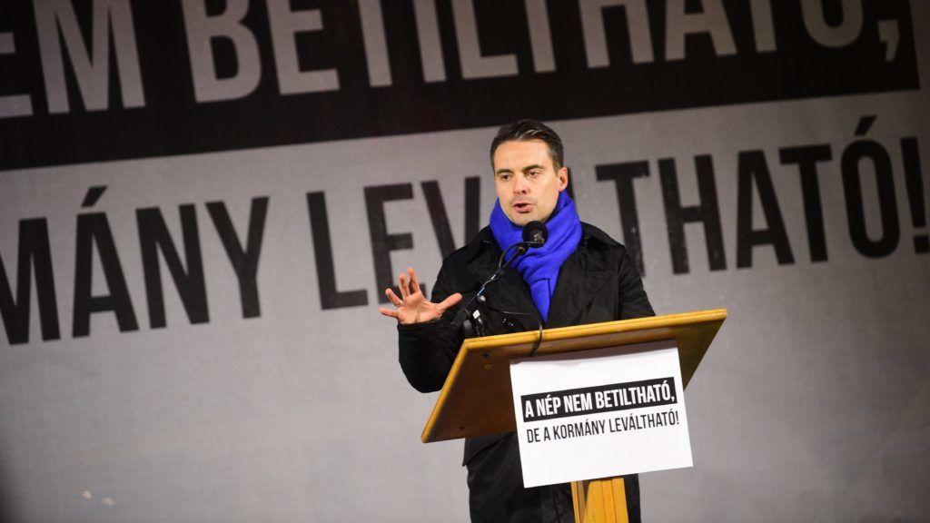 Budapest, 2017. december 15. Vona Gábor, a Jobbik elnöke beszél pártja tüntetésén a Fidesz székháza elõtt Budapesten 2017. december 15-én. MTI Fotó: Balogh Zoltán