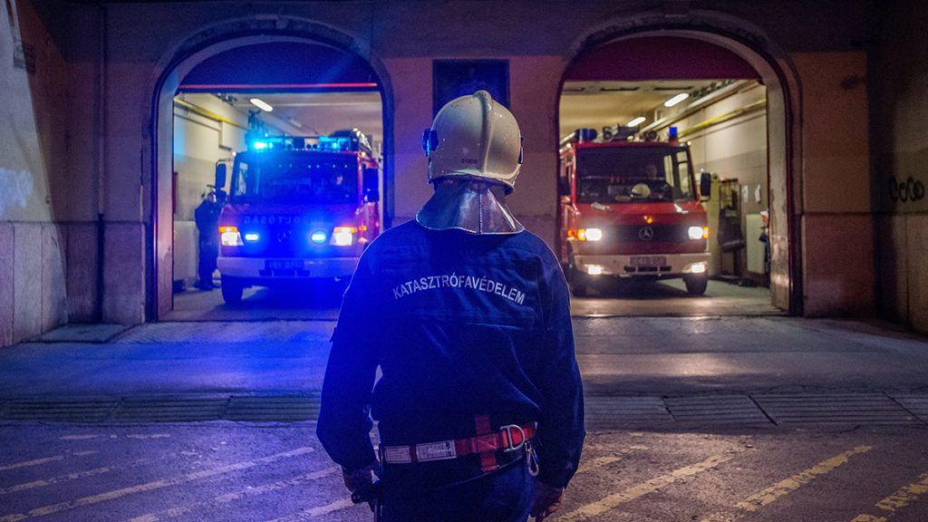 Budapest, 2017. december 24.Tűzoltók ellenőrzik a gépjárműveket a műszakváltáskor a Belvárosi Katasztrófavédelmi Őrsön Budapesten 2017. december 24-én.MTI Fotó: Balogh Zoltán