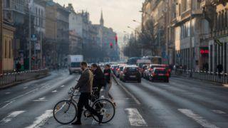 Budapest, 2018. január 6. Járókelõk a tavaszias idõben Budapesten, a Rákóczi úton 2018. január 6-án. Az év elsõ hétvégéjén is folytatódott a szokatlanul enyhe téli idõ, megdõlt az országos napi melegrekord, az ország több pontján 17 Celsius-fokot is mértek. MTI Fotó: Balogh Zoltán