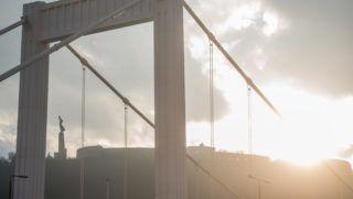 Budapest, 2018. január 6. Az Erzsébet híd és a Gellért-hegyi Szabadság-szobor a tavaszias idõben Budapesten 2018. január 6-án. Az év elsõ hétvégéjén is folytatódott a szokatlanul enyhe téli idõ, megdõlt az országos napi melegrekord, az ország több pontján 17 Celsius-fokot is mértek. MTI Fotó: Balogh Zoltán