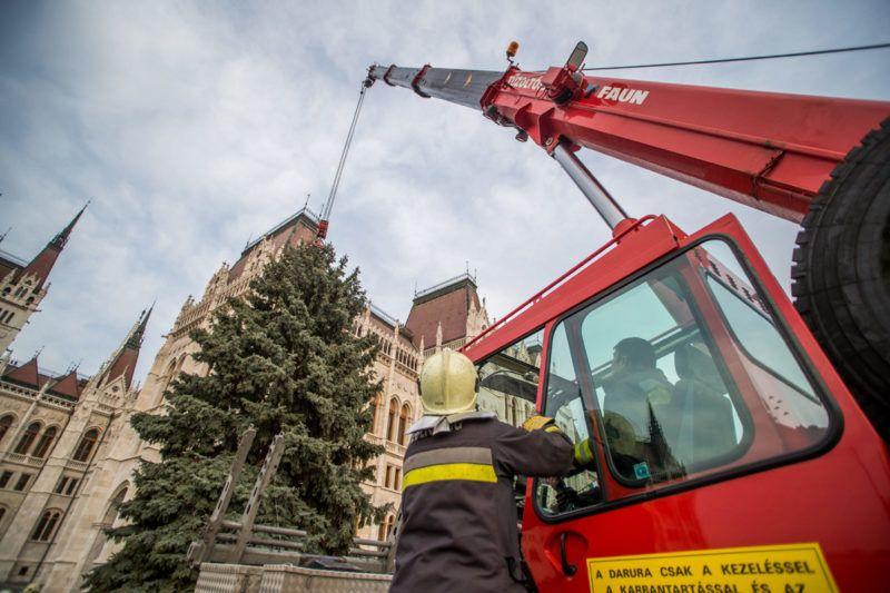 Budapest, 2018. január 9.Tűzoltók bontják az ország karácsonyfáját az Országház előtt 2018. január 9-én. A fenyőfa feldarabolása után a faanyagot nagycsaládos tűzoltók között osztják szét.MTI Fotó: Balogh Zoltán