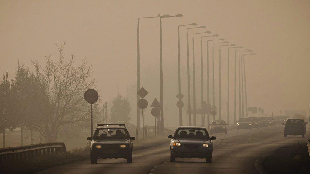 Debrecen, 2012. november 18. Autók közlekednek a 35-ös főúton Debrecen határában 2012. november 18-án. Az Országos Környezetegészségügyi Intézet (OKI) adatai alapján a városban a szálló por mennyisége elérte a levegőminőség kifogásolt kategóriáját. A meteorológiai előrejelzések alapján Debrecen levegő-egészségügyi helyzetében lényeges változás nem várható. MTI Fotó: Czeglédi Zsolt