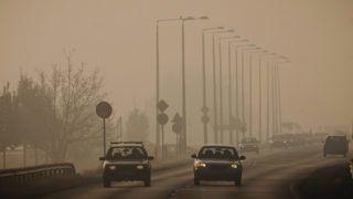 Debrecen, 2012. november 18.Autók közlekednek a 35-ös főúton Debrecen határában 2012. november 18-án. Az Országos Környezetegészségügyi Intézet (OKI) adatai alapján a városban a szálló por mennyisége elérte a levegőminőség kifogásolt kategóriáját. A meteorológiai előrejelzések alapján Debrecen levegő-egészségügyi helyzetében lényeges változás nem várható.MTI Fotó: Czeglédi Zsolt
