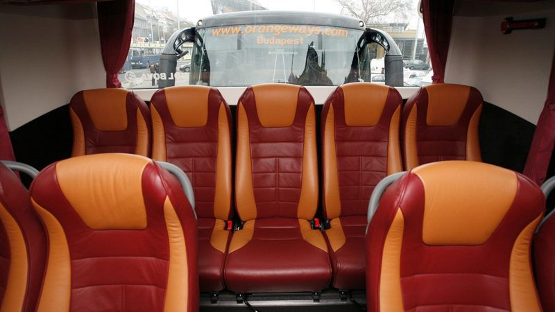 Budapest, 2008. február 5.A vonatra váró utasok segítségére sietett az OrangeWays autóbusz-társaság. A Volán konkurense hat darab, egyenként 65 személyes luxusbuszt küldött a Keleti és Nyugati pályaudvarra, hogy célbajuttassa a vidékre igyekvőket. Folytatódik a Vasúti Dolgozók Szabad Szakszervezete (VDSZSZ) által határozatlan időre meghirdetett sztrájk a MÁV teljes vonalhálózatán, miután a VDSZSZ és a MÁV Zrt., illetve a MÁV-START személyszállító cég képviselői között nem született megállapodás sem a bérkövetelésekről, sem a sztrájk idejére nyújtandó elégséges szolgáltatásról.MTI Fotó: Füzesi Ferenc
