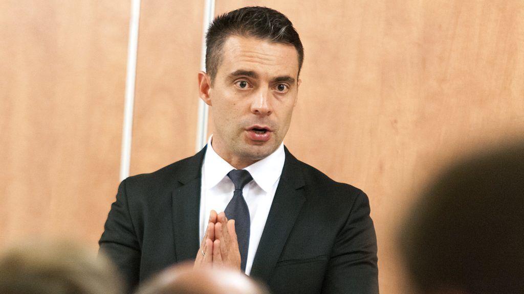 Gyõr, 2017. szeptember 20. Vona Gábor, a Jobbik elnöke, a párt miniszterelnök-jelöltje beszédet mond a gyõri Belga Étteremben tartott fórumon, ahol bemutatta a Jobbik két gyõri országgyûlési képviselõjelöltjét 2017. szeptember 20-án. MTI Fotó: Krizsán Csaba