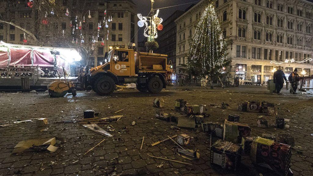 Budapest, 2018. január 1.A Fővárosi Közterület-fenntartó Zrt. (FKF) dolgozói takarítanak a szilveszteri ünneplés után a belvárosi Vörösmarty téren 2018. január 1-jén reggel.MTI Fotó: Mónus Márton