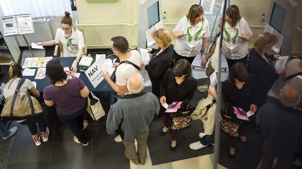 Budapest, 2016. május 20.Adóbevallásokat vesz át egy dolgozó egy ideiglenes pultnál a Magyar Posta 62-es hivatalában a fővárosi Teréz körúton 2016. május 20-án. Ezen a napon lejár az szja-bevallások leadásának hivatalos határideje.MTI Fotó: Mohai Balázs