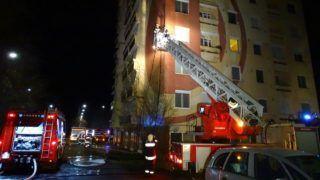 Hódmezõvásárhely, 2018. január 6. Tûzoltók egy panelház elõtt a hódmezõvásárhelyi Hódtó utcában, ahol egy ember meghalt, amikor tûz keletkezett az egyik lakásban 2017. január 6-án hajnalban. A 65 éves férfi holttestét a hetedik emeleti otthonának erkélyén találták meg, négy embert füstmérgezés miatt kórházba szállítottak. MTI Fotó: Donka Ferenc
