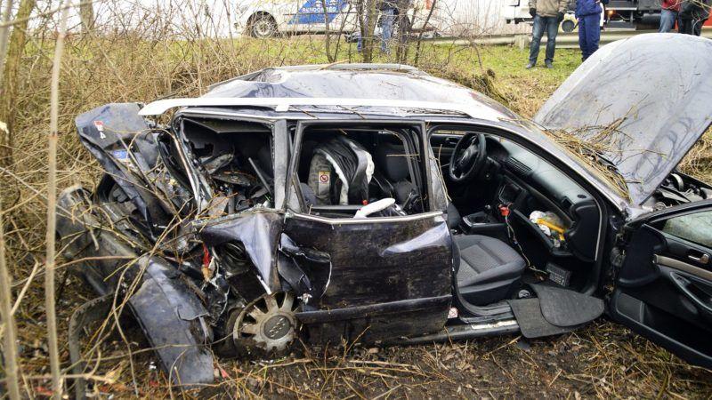 Kállósemjén, 2018. január 20. Az úttestrõl lesodródott, összetört személygépkocsi Kállósemjénnél 2018. január 20-án. A gépkocsi az árokba hajtott, majd egy fának csapódott. A balesetben a sofõr az életét vesztette. MTI Fotó: Taipusz Attila