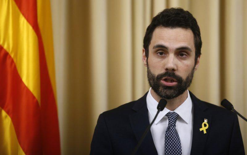 Barcelona, 2018. január 22. Roger Torrent, a katalán parlament elnöke sajtótájékoztatót tart Barcelonában 2018. január 22-én, ahol Carles Puigdemont leváltott katalán vezetõt nevezte meg hivatalos jelöltként Katalónia elnöki posztjára. (MTI/AP/Manu Fernandez)