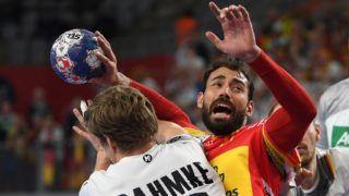 Varasd, 2018. január 24. A német Ruhne Damke (b) és a spanyol Daniel Sarmiento a horvátországi férfi kézilabda Európa-bajnokság csoportkörének harmadik fordulójában játszott  Németország-Spanyolország mérkõzésen Varasdon 2018. január 24-én. (MTI/EPA/Georgi Licovszki)