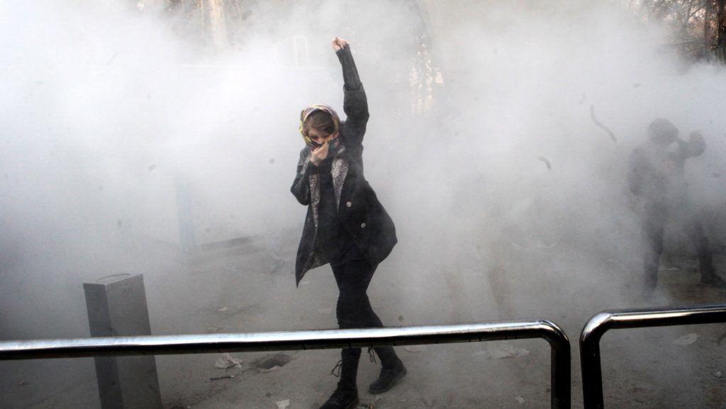 Teherán, 2017. december 30. Könnygázfelhõ gomolyog egy diák körül, aki a növekvõ árak miatt tiltakozik társaival az iráni kormány ellen a Teheráni Egyetemnél 2017. december 30-án, néhány órával az után, hogy kormánypárti tüntetõk fejezték ki támogatásukat Irán vezetése iránt. Az ázsiai ország több városában napok óta tartanak az utcai megmozdulások a rossz gazdasági helyzet miatt. (MTI/EPA)