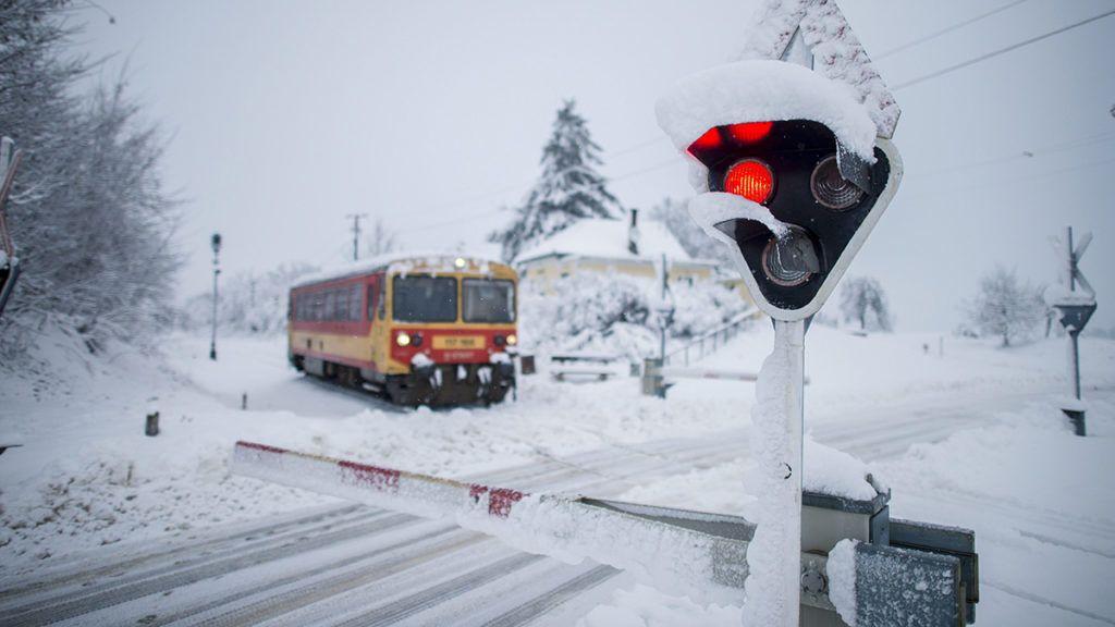 Márok, 2016. január 7.Egy vonat közlekedik a havas tájon, Márok településnél 2016. január 7-én.MTI Fotó: Sóki Tamás