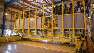Paks, 2016. október 13. Átrakógép Pakson, a Radioaktív Hulladékokat Kezelõ Kft. Kiégett Kazetták Átmeneti Tárolójában 2016. október 13-án. A tároló öt moduljában több mint nyolcezer, a paksi atomerõmûben elhasznált fûtõelemet helyeztek el, a most megépült hatodik modul az atomerõmû szomszédságában, de a szükséges engedélyezés még hátravan. MTI Fotó: Sóki Tamás