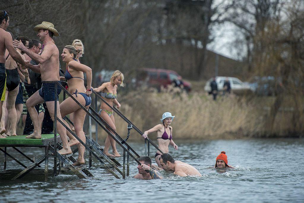 Orfű, 2018. január 1.Az ötödik alkalommal megrendezett újévi csobbanás résztvevői az orfűi Pécsi-tónál 2018. január 1-jén.MTI Fotó: Sóki Tamás
