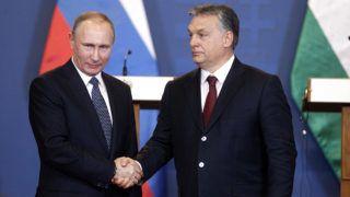 Budapest, 2017. február 2.Orbán Viktor miniszterelnök (j) és Vlagyimir Putyin orosz elnök kezet fog a tárgyalásuk után tartott sajtótájékoztató végén a Parlament Vadásztermében 2017. február 2-án.MTI Fotó: Szigetváry Zsolt
