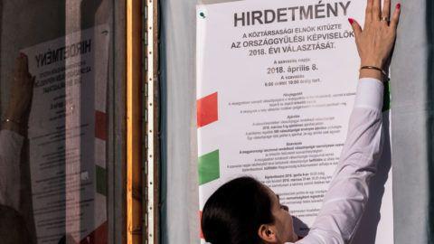 Budapest, 2018. január 18. A polgármesteri hivatal munkatársa kihelyezi az április 8-ai országgyűlési választás hirdetményét a Budavári Önkormányzat épületének ajtajára 2018. január 18-án. MTI Fotó: Szigetváry Zsolt