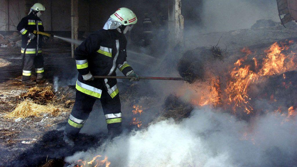 Tab, 2006. március 28.Tűzoltók dolgoznak a tabi volt szovjet laktanyánál, amit feltehetőleg az éjszaka gyújtottak fel. A volt szovjet laktanyában jelenleg vállalkozók bérelnek területet mezőgazdasági termények és gépek tárolására. A tűzoltás még az éjszaka megkezdődött, a Siófokról és Tabról érkezett 25 tűzoltó feltehetőleg még a ma estig eloltja a tüzet. A lehetséges kárt 20-30 millióra becsülik. MTI Fotó: Horváth Mónika