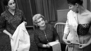 Budapest, 1963. február 21.Rotschild Klára (k) divatszakember, ruhatervező irányításával egy komplét - azonos anyagból készülő női ruha és kabát - próbálnak a tavaszi és nyári ruhamodellek közül a Clara Szalonban (CR), a korábbi Különlegességi Női Ruhaszalonban. A párizsi meghatározó divatirányzat szerint idén a ruhákat a nőiesség és az úgynevezett ceruzavonal jellemzi majd.MTI Fotó: Kácsor László