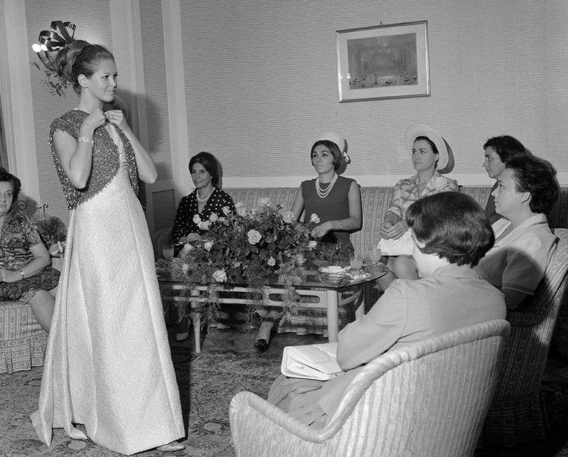 Budapest, 1966. szeptember 8.Farah Pahlavi, Irán császárnéja (b4) és Kállai Gyuláné, a Minisztertanács elnökének felesége (b5) a Váci utcai Különlegességi Női Ruhaszalonban. A divatszalon a magas rangú vendég tiszteletére 60 darab őszi-téli ruhamodellt felvonultató divatbemutatót rendezett.MTI Fotó: Tormai Andor
