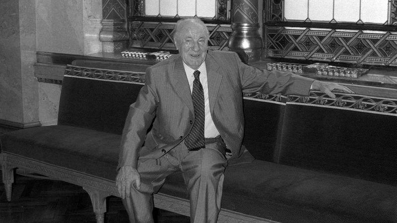 Az Országgyűlés őszi ülésszakának második napja 1987. szeptember 17 -én.A képen: Kádár János a Ház folyosóján.