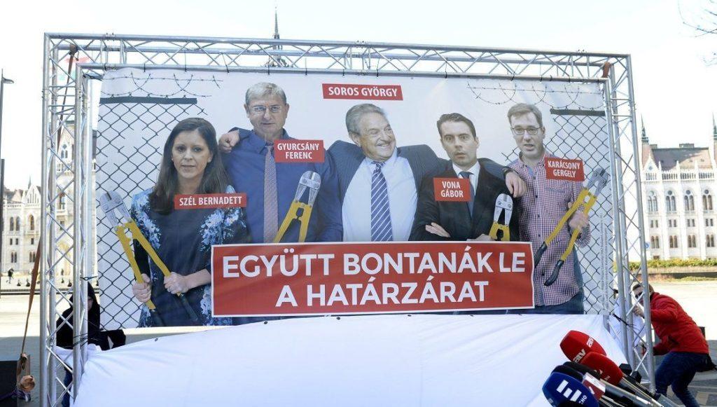 Budapest, 2018. január 30. Leleplezik a Fidesz új plakátját, amelyet Hidvéghi Balázs, a párt kommunikációs igazgatója Az ellenzék lebontaná a határzárat címmel tartott sajtótájékoztatón mutatott be Budapesten, az Alkotmány utcában 2018. január 30-án. MTI Fotó: Soós Lajos