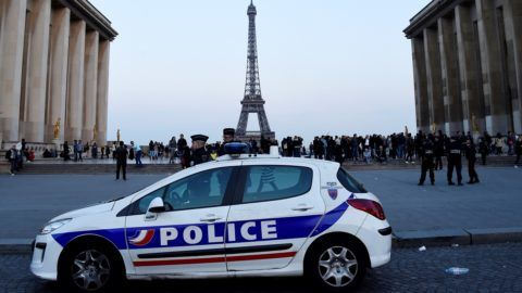 Policemen stand near a vehicle on the place du Trocadero in Paris on April 21, 2017 during a gathering in support to police, a day after a gunman opened fire on police along the avenue des Champs Elysees, killing a policeman and wounding two others in an attack claimed by the Islamic State group just days before the first round of the presidential election. / AFP PHOTO / bertrand GUAY